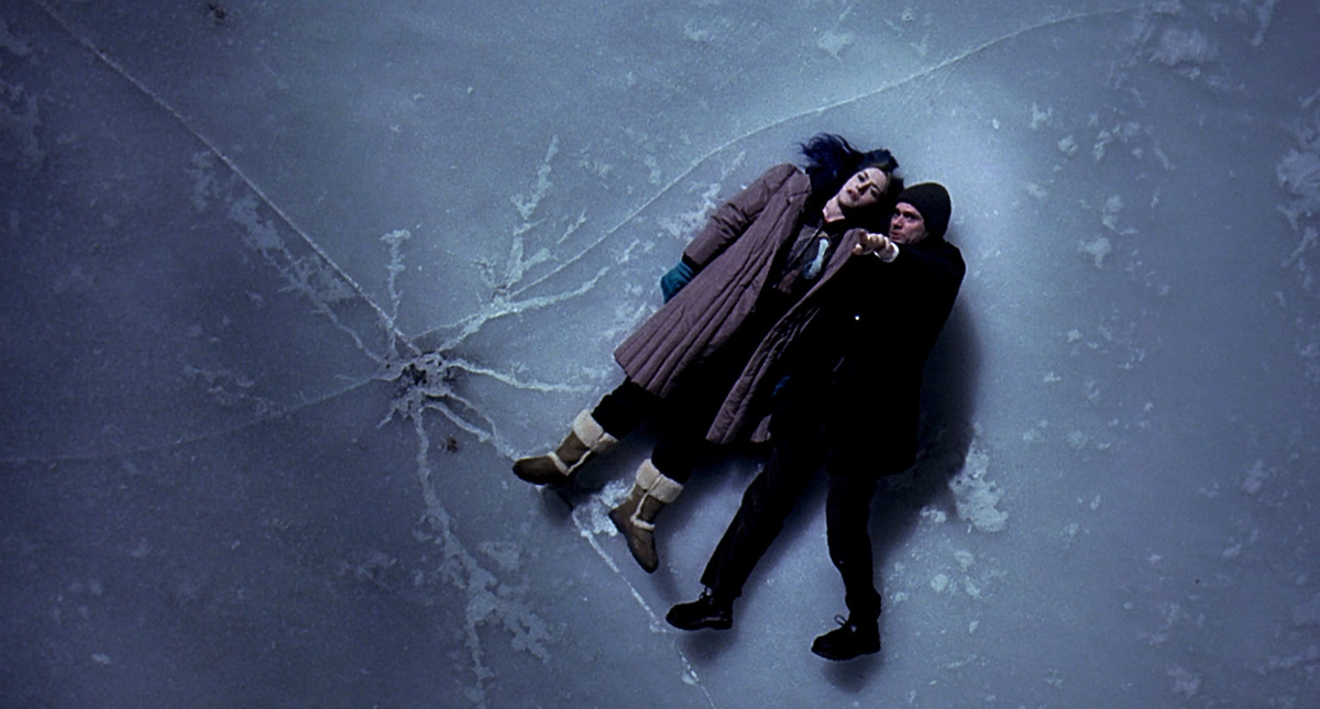 Joel (Jim Carrey) and Clementine (Kate Winslet) lie on the ice in eternal sunshine of the spotless mind